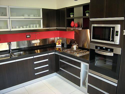 Mueble de cocina realizado a medida en melamina roble moro. Herraje
